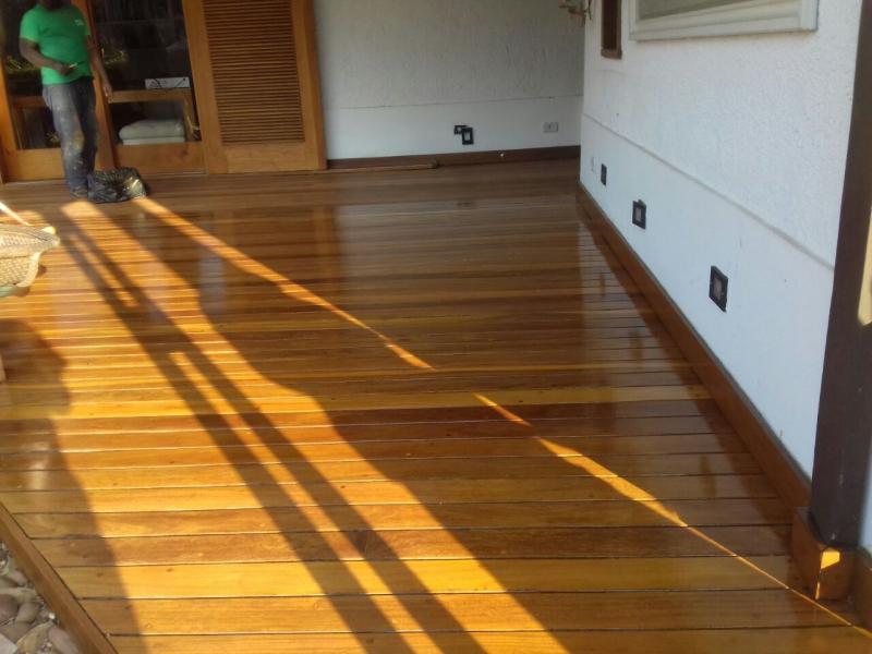 Restauração de Deck de Madeira ao Redor da Piscina
