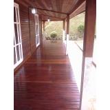 raspagem em decks de madeira no Jardim dos Jacarandás