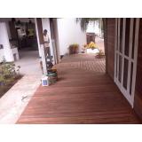 serviço de raspagem em deck de madeira