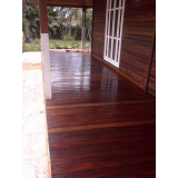 serviço de raspagem em deck de madeira no Morro Grande